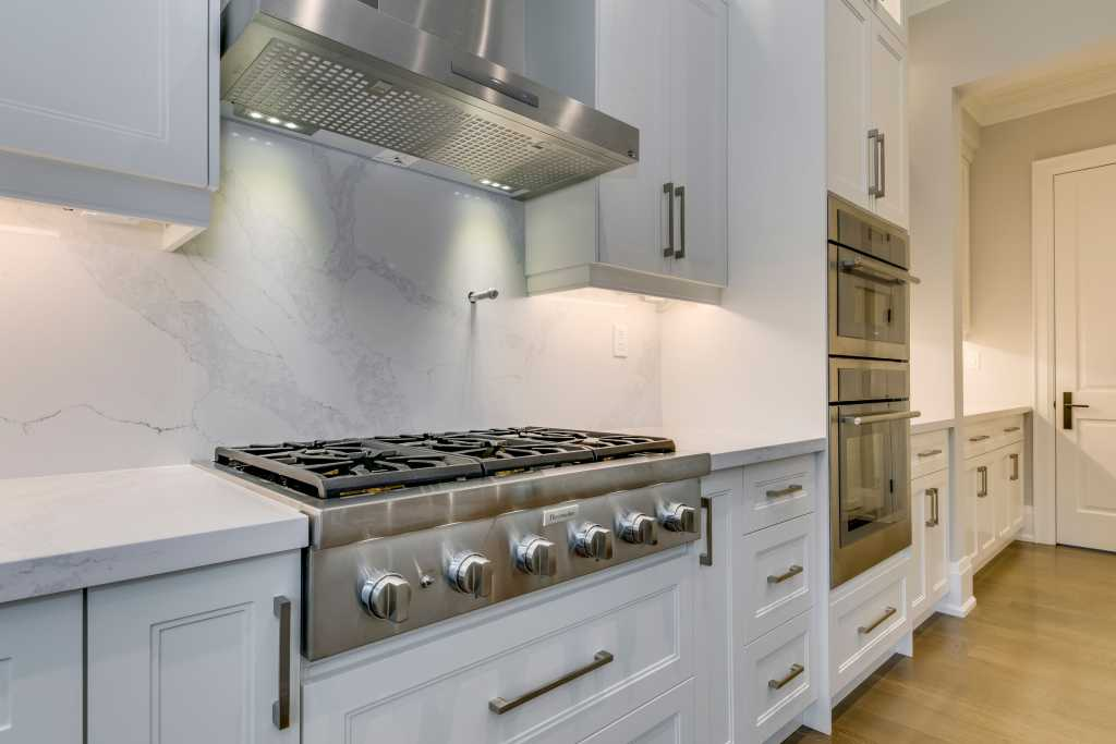 amazing kitchen with build in appliances - luxury home builders toronto